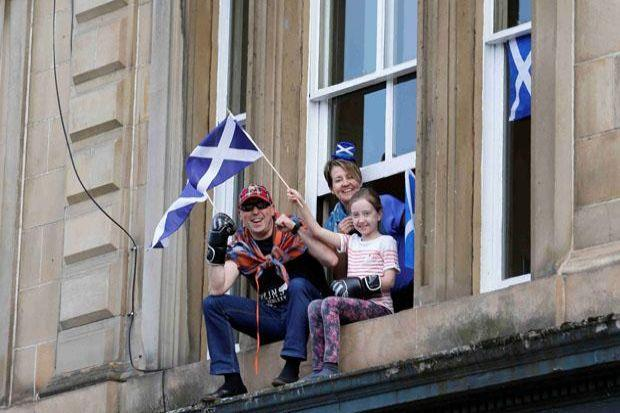 Crowds line the streets in Glasgow to salute Scotland's Games stars