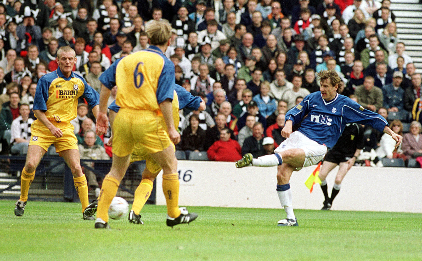 Andrei Kanchelskis (right) fires home for Rangers