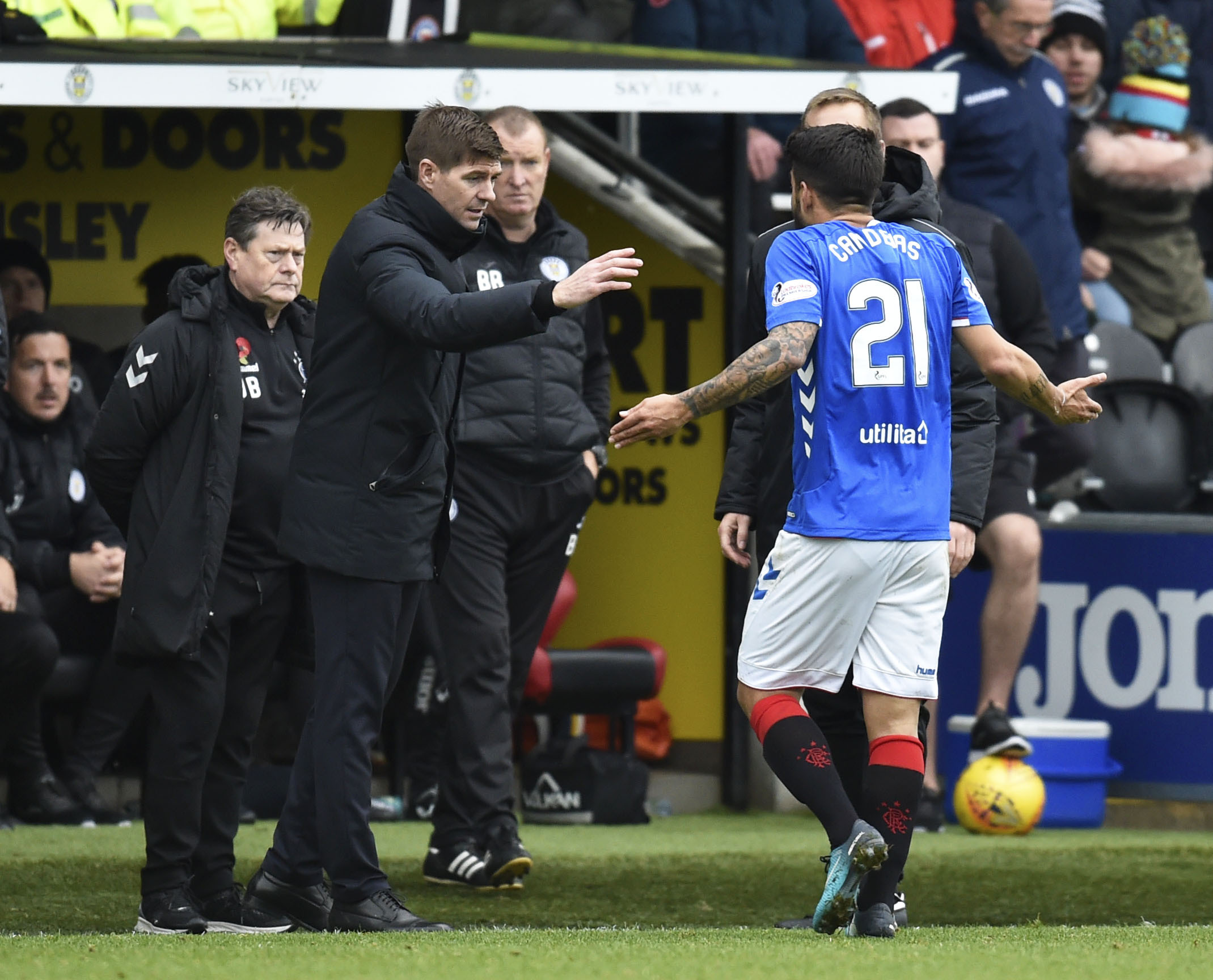 03/11/18 LADBROKES PREMIERSHIP.ST MIRREN v RANGERS (0-2).SIMPLE DIGITAL ARENA - PAISLEY.Rangers manager Steven Gerrard with Daniel Candeias after the latter is shown a red card.