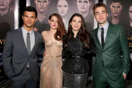 Kirsten  Stewart and Robert Pattinson with their co-stars on the red carpet at the premiere
