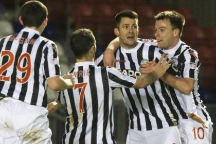 Steven Thompson, second right, is hailed by team-mates after putting St Mirren 2-1 ahead