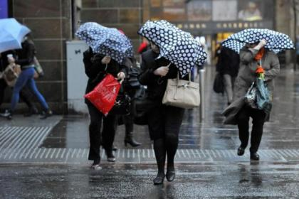 n Commuters battle to work in Glasgow today               Pictures: Nick Ponty and Jamie Simpson