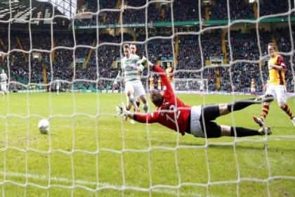 Celtic midfielder Kris Commons converted from the spot and open play to take his league tally to 14