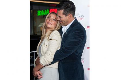 Singer LeAnn Rimes and husband Eddie Cibrian have a PDA moment on the red carpet.
