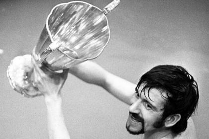 Rangers captain John Greig celebrates with the European Cup-Winners' Cup trophy in the bath after beating Moscow Dynamo 3-2 in the Nou Camp in 1972. #SportTimestop50