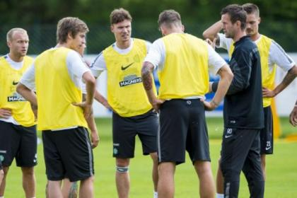 Ronny Deila talks to some of his players, including Derk Boerrigter, centre, during a training session