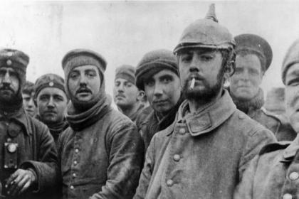 British and German troops pose for a picture on Christmas Day 1914