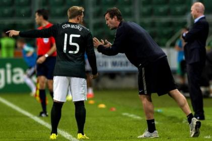 Celtic boss Ronny Deila lectures Kris Commons during first leg in Warsaw